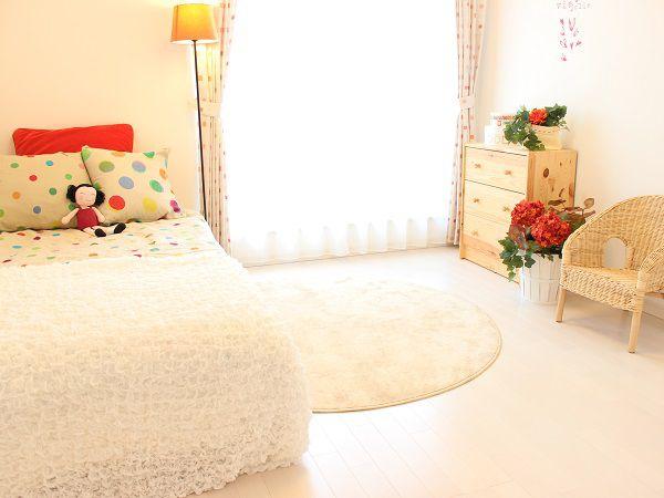 ベランダに面した女の子用のお部屋。好みのカーテンや壁紙で彩ってはいかがでしょう。