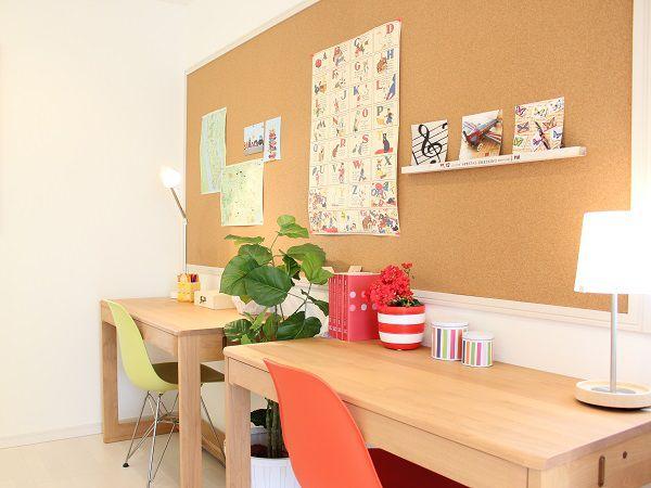 子供部屋の両方から繋がっている勉強スペース。並んでお勉強をすると、子供達もはかどりますね♪