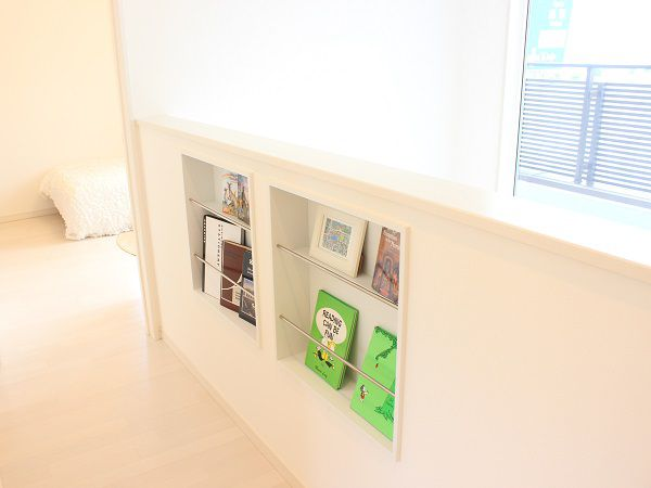 吹き抜けの壁を利用した本棚スペース。アルバム置きとしてもおすすめです。