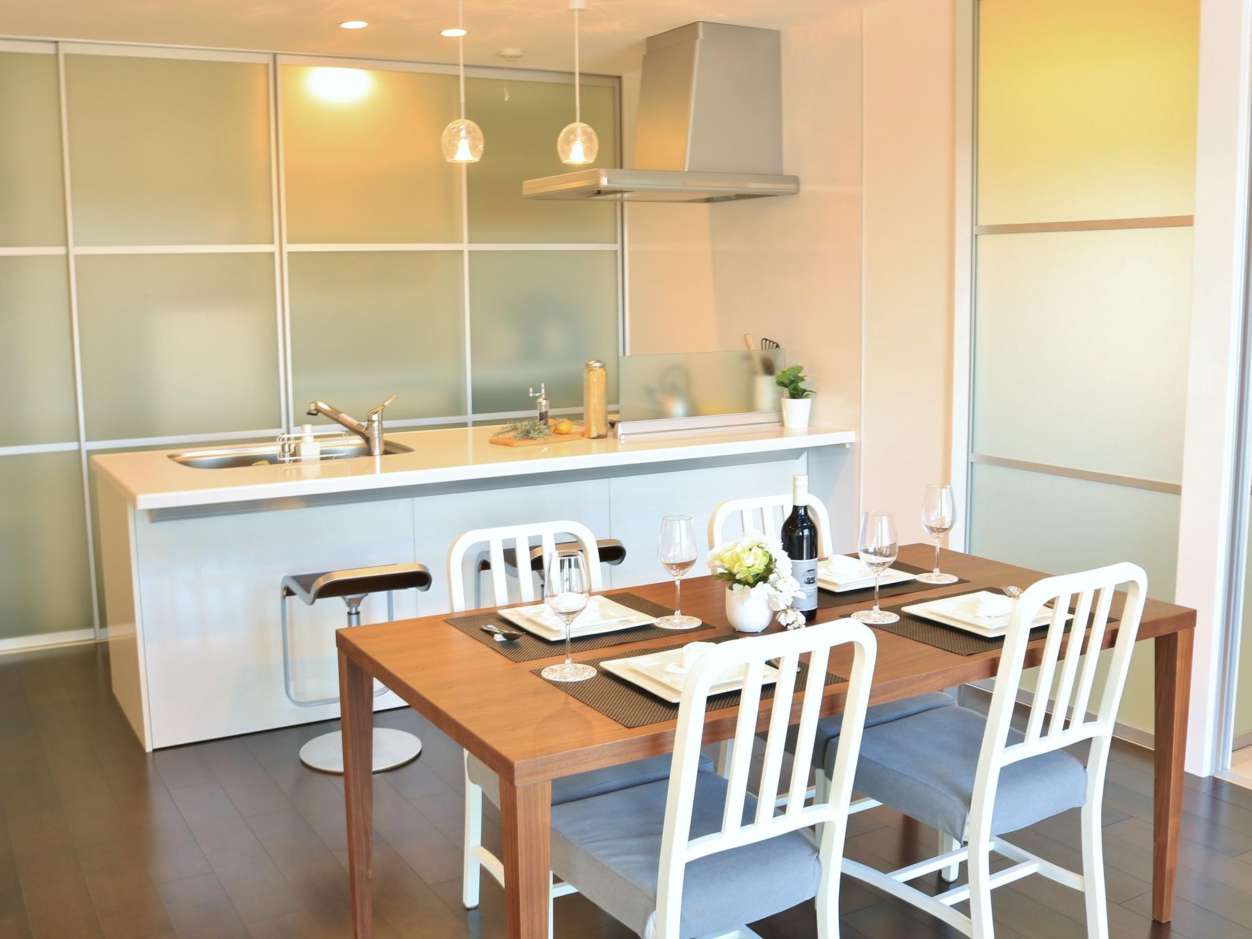 吹き抜けの解放的な空間と、明るい日差しで家族が笑顔になれる食卓です。