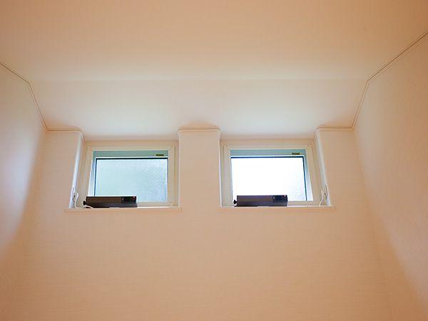 パッシブ建築士法を取り入れています。この高窓で夏の暖かい空気を外に出すことができます。手の届かないところなので電動式です。