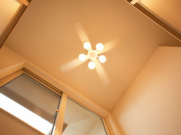 大きな窓があり、天井にはシーリングファンが付いていて空気を撹拌します。地熱床システムの有効活用にはもってこいです!!