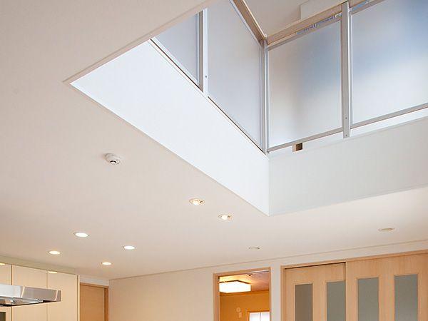 2階の大きな窓から吹抜けを通して入る光は、家族とダイニングを明るくやさしく包んでくれます。