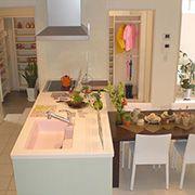 家族で集えるキッチン。開放的なオープンキッチン空間。みんなで集ったり料理したりできる広々としたキッチンです。