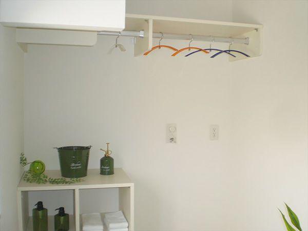 洗面室と脱衣室は別々。脱衣室兼洗面所だと時々ちょっと困ることがありませんか?家族の中でも遠慮はあります。けれども分けたら使いたい時に使えます。いいでしょ。