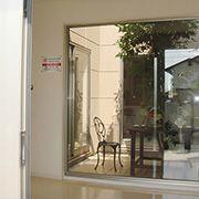 玄関ドアを開けると中庭が広がります