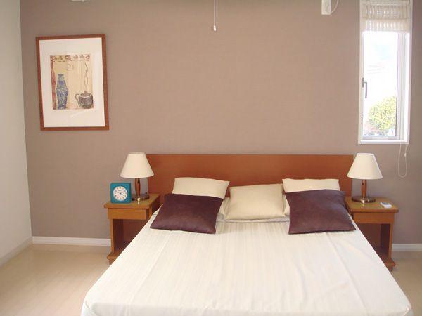 すっきり目覚めそうな明るい寝室