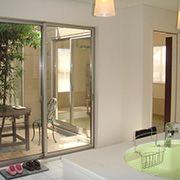 キッチンから見た中庭と和室。料理をしながら全てのお部屋が見渡せます