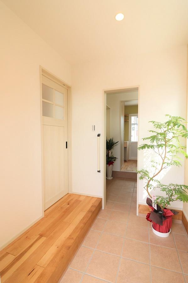 玄関からキッチンへと続く動線は、使い易さに配慮し利便性と収納量を兼ね備えたスペースとなっています。