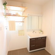 使い易い水回り動線は家事や子育てに楽チンに。階段を近くに設けることで洗濯動線もしっかり確保。