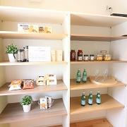 まとめ買いした食品やストック品を簡単に保管できます。
