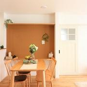 キッチンからLDK全体を見渡せます。食事をするだけではなくいつも家族のコミュニケーションの中心にあるのがダイニングです。