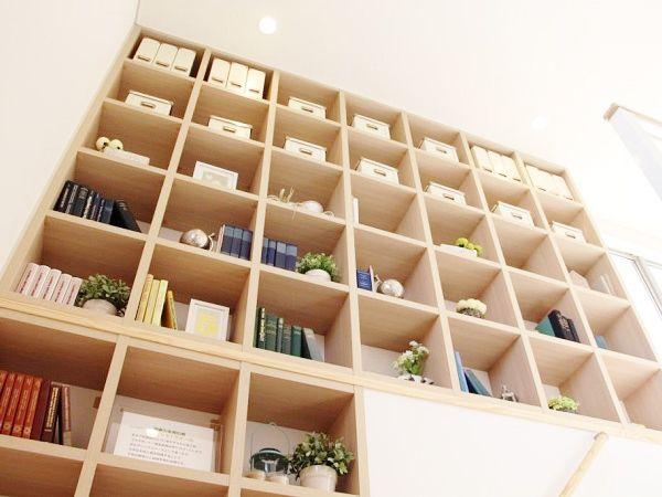 天井いっぱいまでの本棚。お子様の絵本やパパの本、インテリアを飾ることで、自分好みの場所にできます。