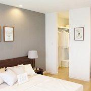 グレーの壁紙で落ち着いた寝室になります。夫婦で収納を分ければ、使いやすく効率がいいです。