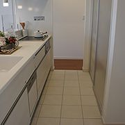 リビングからキッチンへ。キッチンから洗面、浴室へ。毎日、家事で忙しい奥様にうれしい家事導線のある間取りです