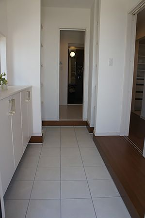 奥行のある広々とした玄関。クロークを通って洗面室まで繋がる導線が魅力です
