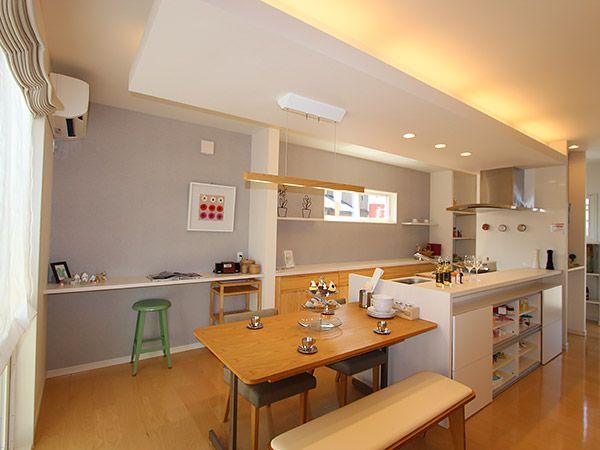 畳コーナーやリビングの様子を見渡すこともできる広いキッチンは、お母さんの家事の負担を軽減させてくれます。
