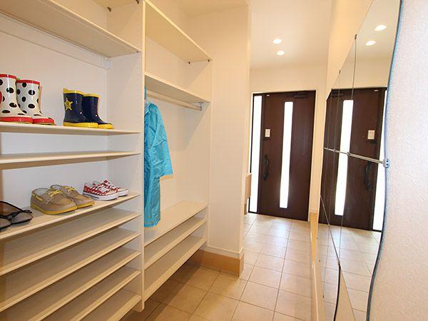 玄関クロークがあれば靴やアウトドア用品もしっかり片付きます。玄関→クローク→洗面・浴室へ続く動線は、外から汚れた体や洗濯物を直接洗うのに便利です。