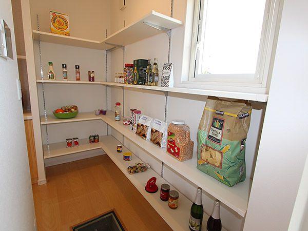 キッチンや勝手口につながるパントリーは、週末にまとめ買いした食品をそのまま保管できる優れもの。