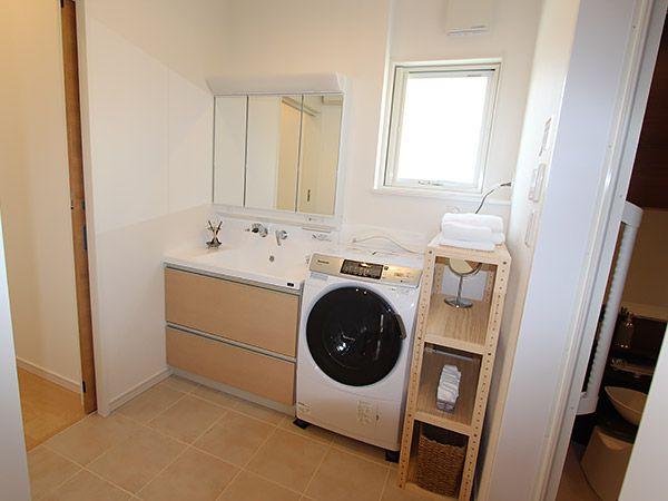 トイレと脱衣所の床はタイル貼りで掃除も簡単。エコ床暖で冬も暖かい脱衣所は、ストーブを使う必要がないので小さなお子様がいても安心ですね。