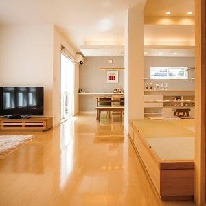 ダイニングキッチンや畳コーナーへとゆるやかにつながるリビング空間。家族のコミュニケーションもしっかりとることができます。