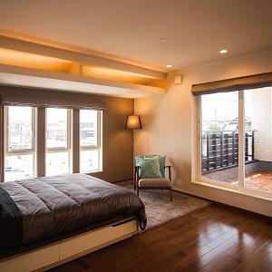 間接照明で落ち着いた雰囲気のある寝室。ご夫婦で贅沢なくつろぎの時間を過ごすことができます。