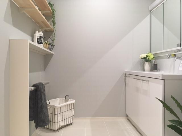 収納力と機能面を兼ね備えた充実した洗面スペース。