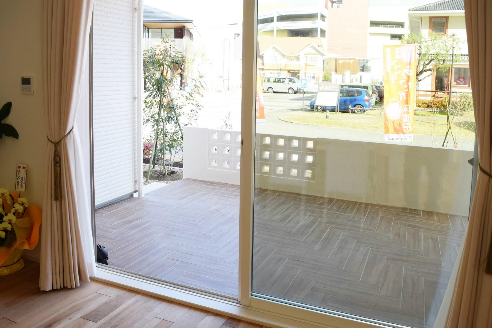 DKからつながるウッドデッキ調の大型テラスは、屋根付きなのでアウトドアリビングとして、使い方のアイデアが広がります。