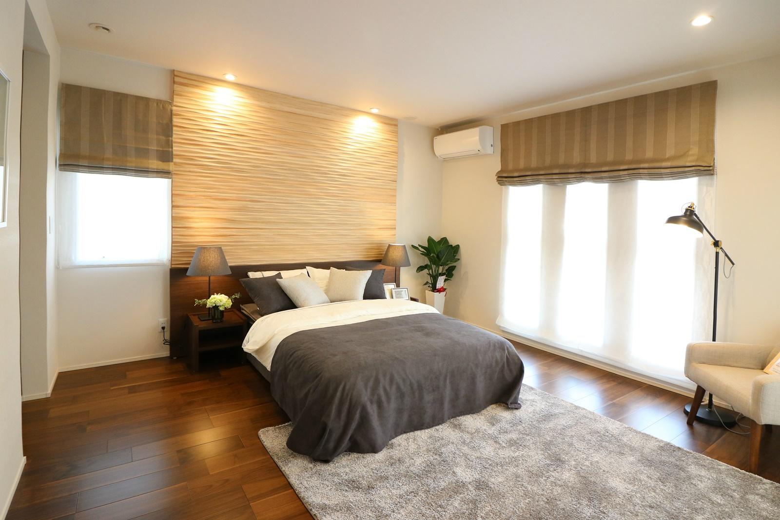 ゆったりとした広さで、落ち着いた雰囲気のある主寝室。1日の疲れを癒すスペースです。