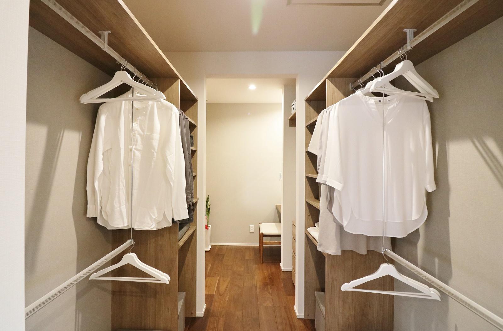 主寝室から大容量のウォークインクローゼットに繋がっています。その奥には身支度に便利なパウダールームも設置。