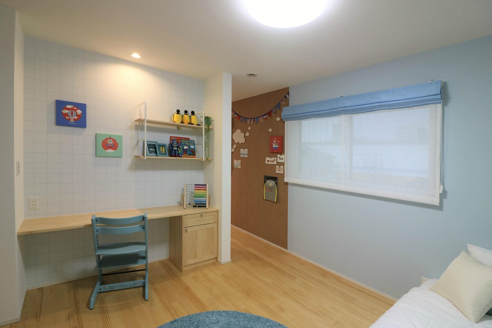 男の子向けにコーディネートした子供部屋。成長して大きくなっても十分な広さのある子供部屋です。