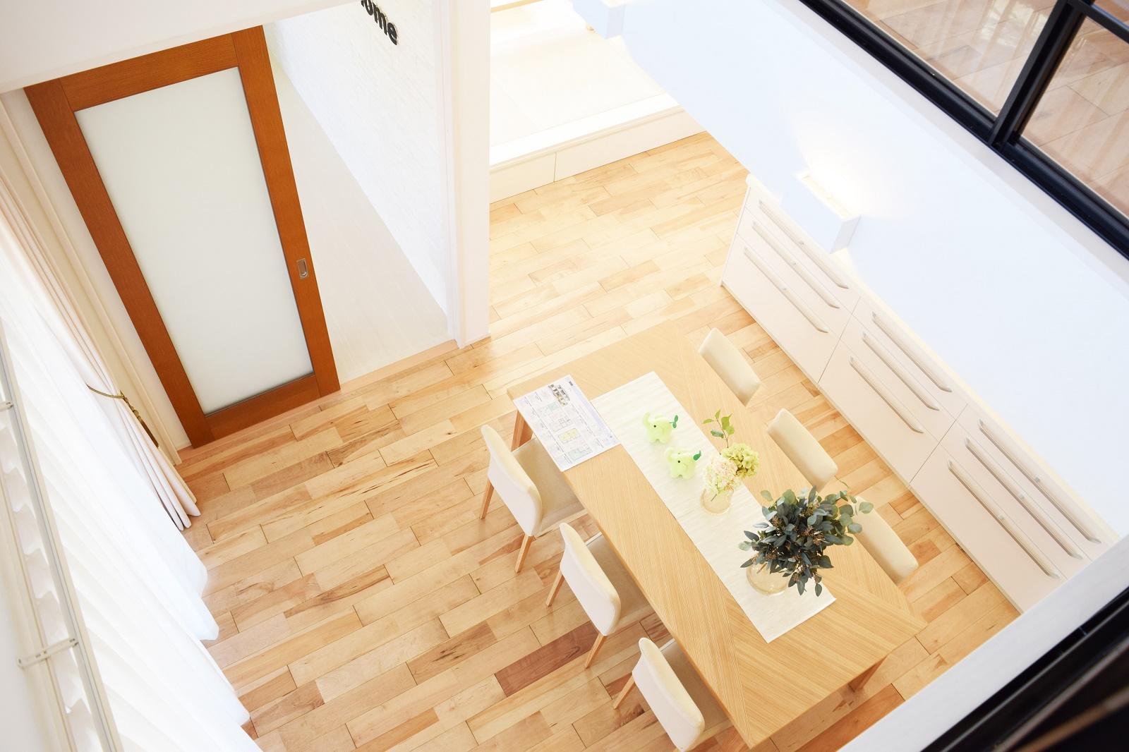 1階と2階を繋げる大きな吹抜け。家族の気配をいつでも感じることが出来ます。また、床暖房の効果も2階に伝わります。