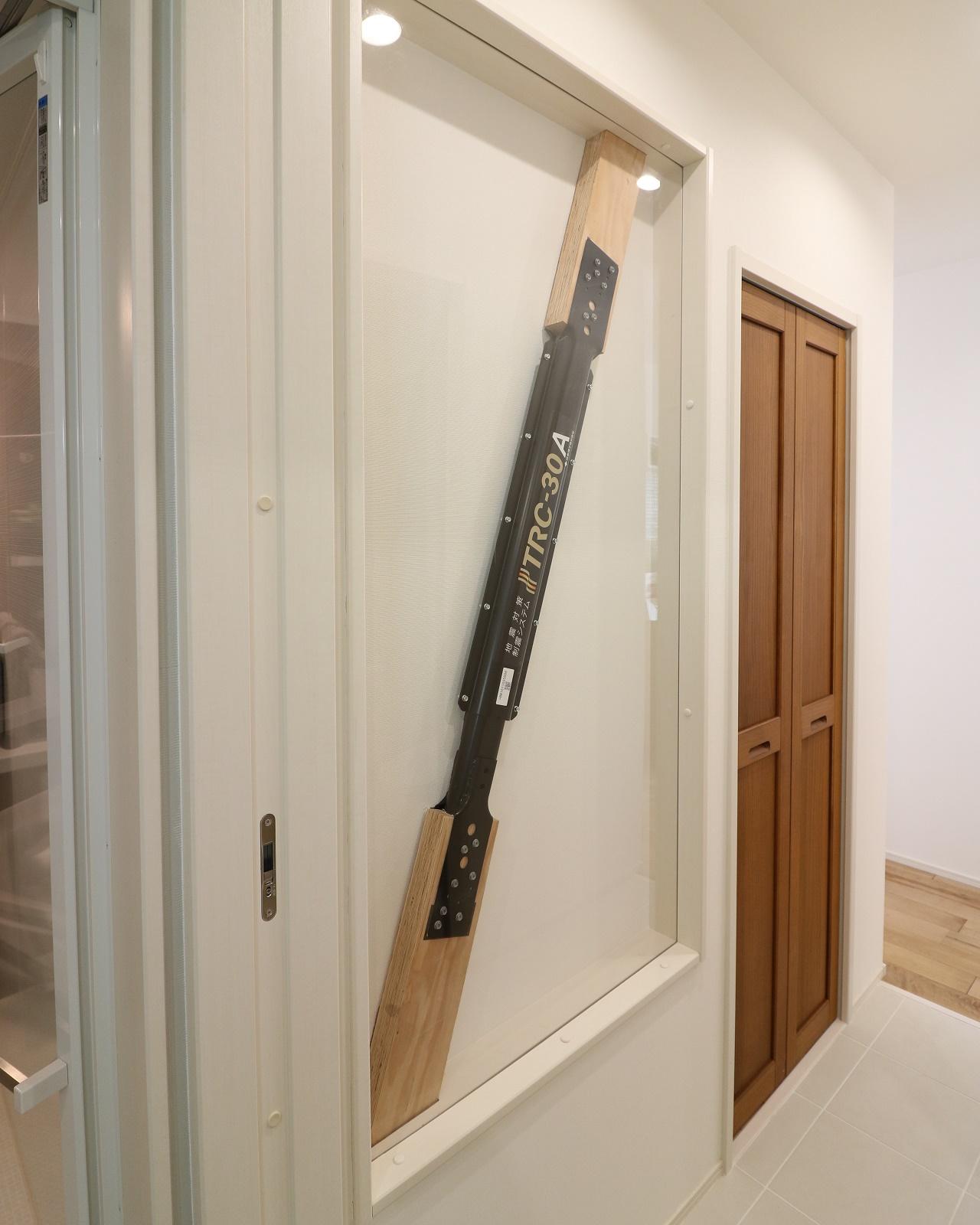 大きな地震の揺れを抑える制振装置を設置。普通は壁で隠れてしまいますが、モデルハウスでは特別に展示しています。