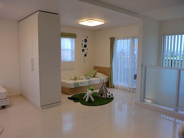 小さなうちは広々空間で一緒に遊び、成長に合わせて部屋をつくる家族の成長を考えた間取りです。