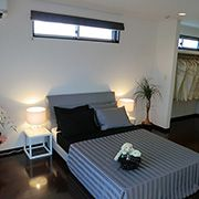 大きな収納に繋がる主寝室はいつでも広々とした癒しの快適空間です。