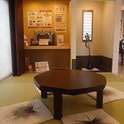 琉球畳や板の間にタイルを施したモダンな和室