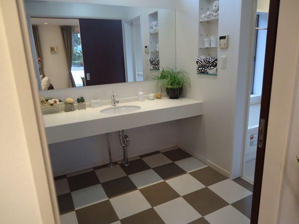 床暖房の温さを一番体感できる、タイル貼りの洗面所