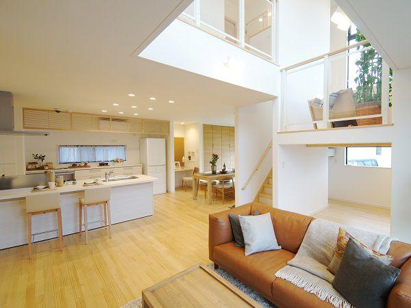 家族それぞれのが時間を充実させながら、家族の心がつながるDKリビング。大きな吹き抜けで2階とのつながりも持たせ、明るく開放感のある空間に。