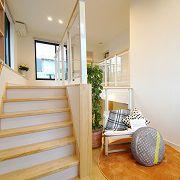 階段の踊り場を利用した多目的スペース。オープンな吹抜けによって家中が見渡せ、家族の気配や変化に気づく事ができます。