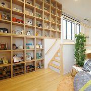 家の中にまるで図書館のように本をずらりと並べられる壁。写真や思い出の物を飾って家族の空間にも。ふとした時に、ここで過ごせば寛ぎの場所に。