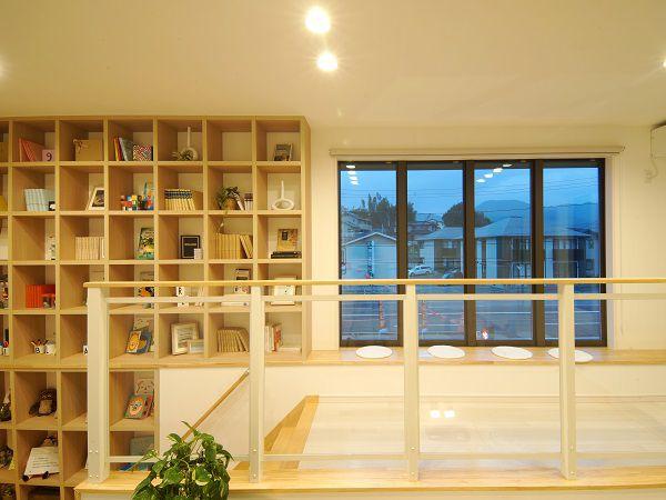大きな窓で開放的なホール。吹抜けを覗けば1階の家族の気配が感じる空間。窓際にもうけたベンチで読書などを楽しめます。