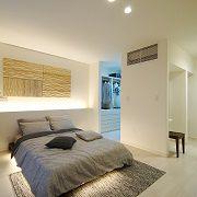 間接照明をもうけて、落ち着きのある寝室に。