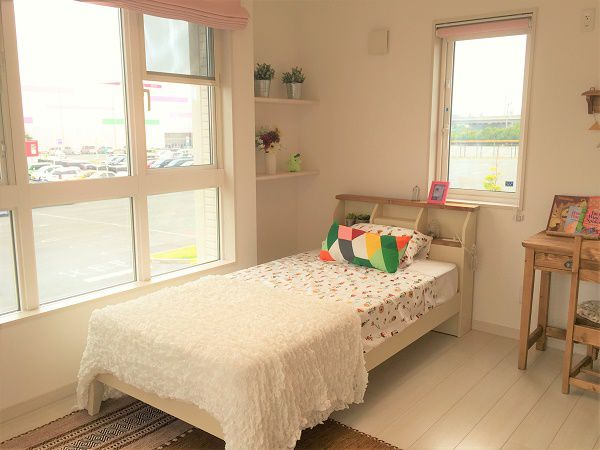 窓を大きくとり明るいお部屋です。専用の収納を設けることで片付けの習慣も身につきやすくなります。