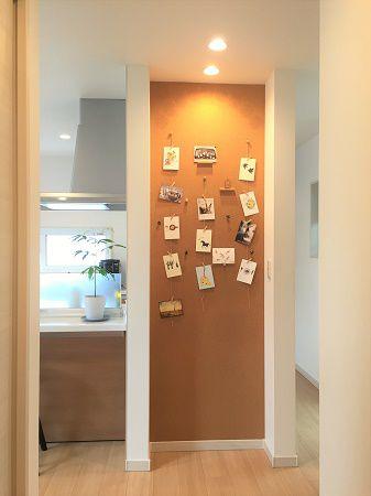 キッチン裏の壁面に家族とのコミュニケーションのスペースをご用意しました。