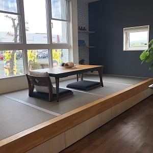 ちょっと段差のある腰掛ける事のできる畳コーナーは赤ちゃんからご年配の方までくつろげるスペースです。