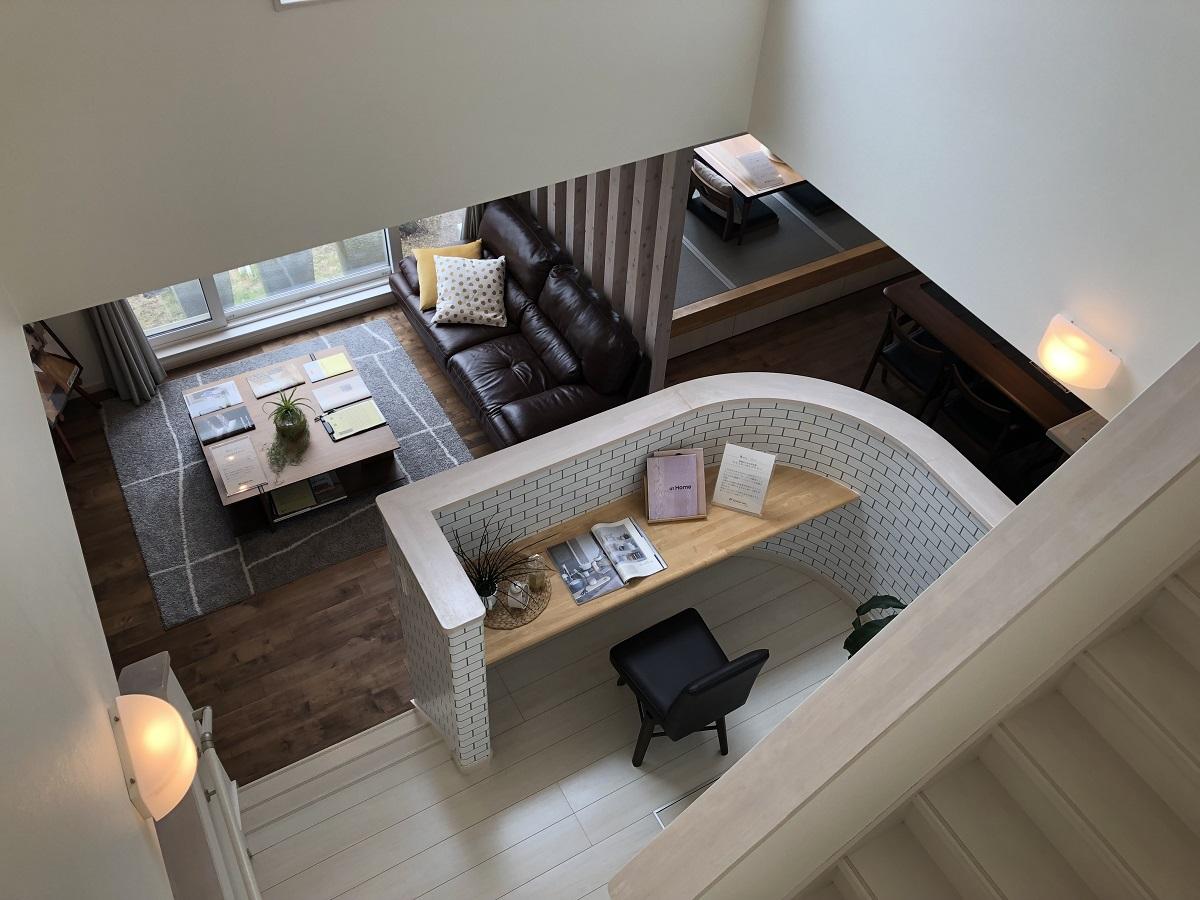 リビング階段とファミリーライブラリーは大きな吹抜け空間。ファミリーライブラリーでは書斎やお勉強スペースとして大活躍します。