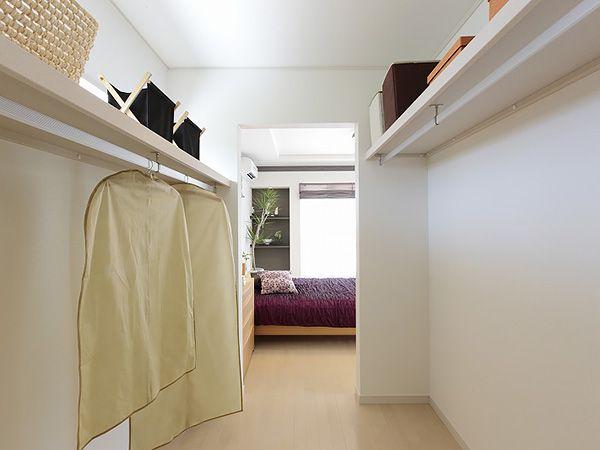 寝室の隣に設けた大型ウォークインクローゼットは、衣類のほかにトランクや寝具などを収納するスペースとなります。