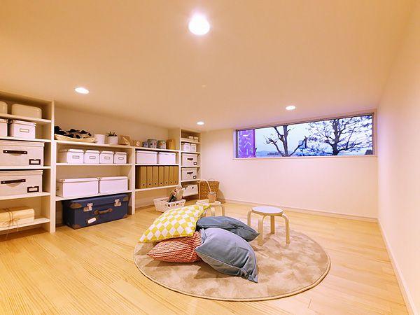 階段下空間を利用した小さいお子様の遊び場です。キッチンから見える場所なので安心ですね。