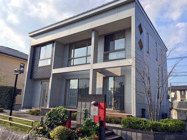大胆なボックス型の外観が印象的な、デザイナーズ住宅「ビー・スタイル」の外観