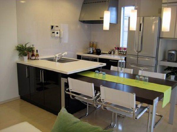 開放的なスタジオキッチンからは、調理中も家族の気配を感じることができる